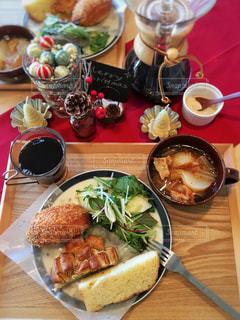 テーブルの上に食べ物の写真・画像素材[908364]