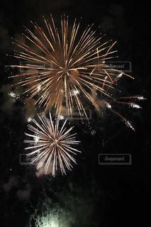 夜空に花火の写真・画像素材[1402429]