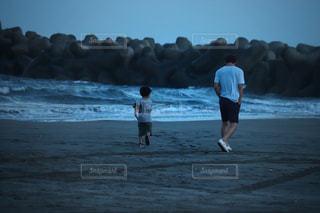 ビーチの上を歩く人の写真・画像素材[1478981]