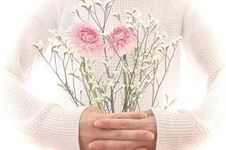 花を持っている人の写真・画像素材[4771518]