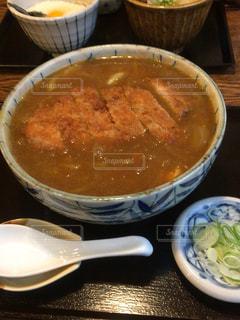 テーブルにあるスープのボウルの写真・画像素材[857807]