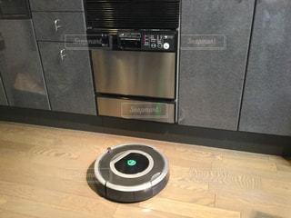 モダンキッチンにお掃除ロボットの写真・画像素材[856318]