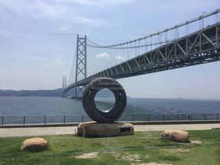 舞子公園から世界最長の吊り橋、明石海峡大橋を望むの写真・画像素材[858794]