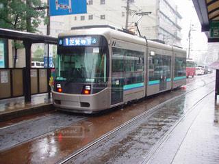 雨の長崎の路面電車の写真・画像素材[859842]