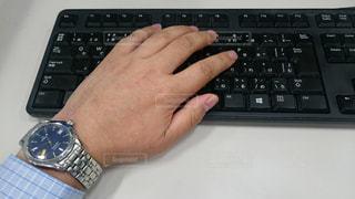 パソコンを操作する人の写真・画像素材[867486]