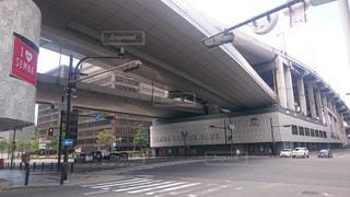 船場センタービルと一体化した阪神高速の高架道路の写真・画像素材[1053487]