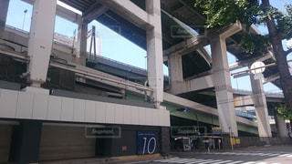 船場センタービルに直結した立体交差する阪神高速の写真・画像素材[1053488]