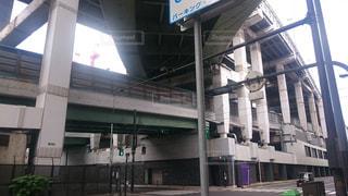 船場センタービルに直結した立体交差の阪神高速の写真・画像素材[1053489]