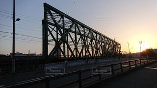 ダブルワーレントラス橋と夕焼けの写真・画像素材[1206175]