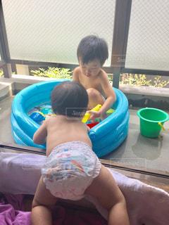 プールに乱入する妹の写真・画像素材[856354]