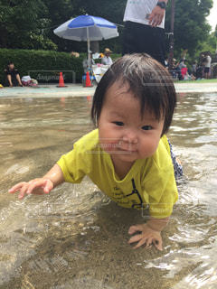 水遊びする妹の写真・画像素材[856355]