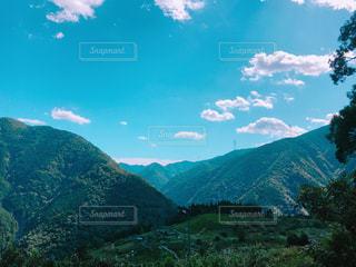 背景の大きな山の写真・画像素材[856708]