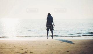 海辺で立ち尽くす妻の写真・画像素材[856790]