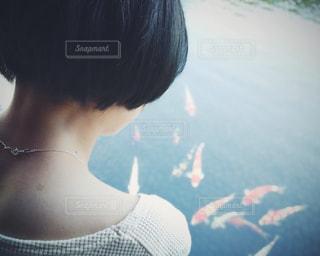 鯉を見つめる妻 - No.856805