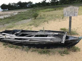 乾いた草のフィールドの上に座ってボートの写真・画像素材[891256]