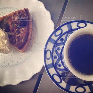 食品とコーヒーのカップのプレートの写真・画像素材[857266]