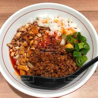 板の上に食べ物のボウルの写真・画像素材[857267]