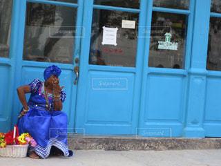 青いドアの前に立っている人の写真・画像素材[857297]