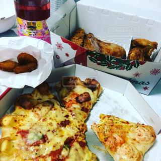 板の上に食べ物の種類でいっぱいのボックスの写真・画像素材[857476]