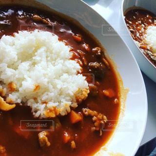 板の上に食べ物のボウルの写真・画像素材[857479]