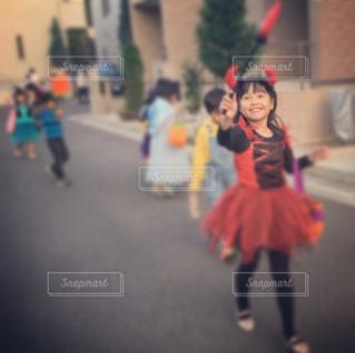 ハロウィン、通りを歩く女の子の写真・画像素材[857499]