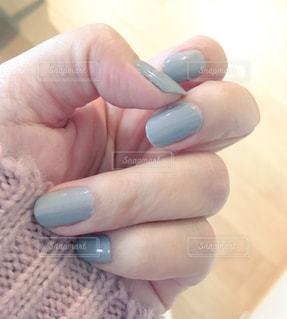 ネイルを塗った女性の手 - No.857627
