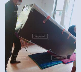冷蔵庫を運び入れる作業員の写真・画像素材[857635]