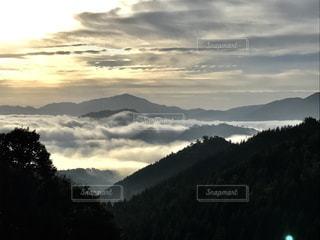 その周りの雲と山の写真・画像素材[858997]