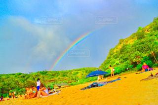 ハワイのビーチに出た雨上がりの虹の写真・画像素材[857690]