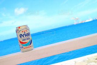 沖縄の海とオリオンビールの写真・画像素材[857786]