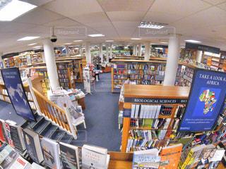 本棚の本でいっぱいの部屋の写真・画像素材[886853]