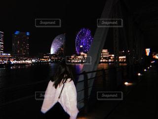 夜のライトアップされた街の写真・画像素材[1025324]