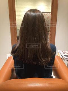 机に座っている女性の写真・画像素材[1025329]