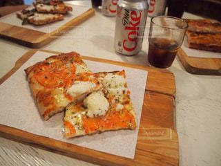 木製のまな板にピザのスライスの写真・画像素材[892092]
