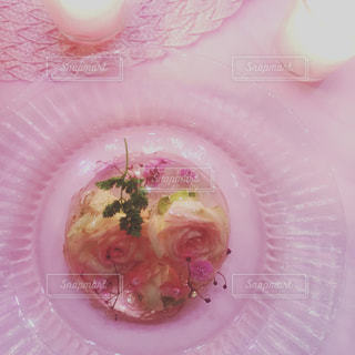 ピンクと白のプレートの写真・画像素材[1012103]