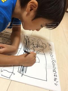 絵本を描く少年の写真・画像素材[858628]
