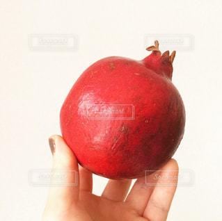 赤いリンゴを持つ手 - No.885700
