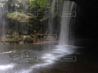 滝の裏側の写真・画像素材[859864]
