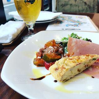 テーブルの上に食べ物のプレートの写真・画像素材[859089]