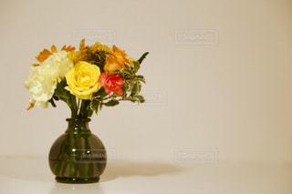 花瓶に入った花束の写真・画像素材[859519]