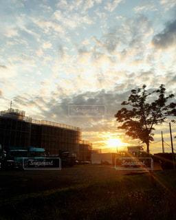 街に沈む夕日の写真・画像素材[886151]