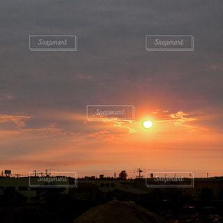 街に沈む夕日の写真・画像素材[886153]