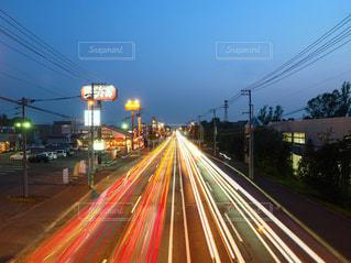 ヘッドライトとテールランプの軌跡の写真・画像素材[886156]