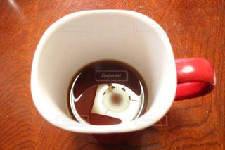 木製のテーブルの上に座ってコーヒー カップの写真・画像素材[859680]