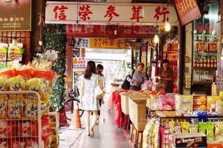 台湾レトロ 迪化街でお買い物の写真・画像素材[868778]