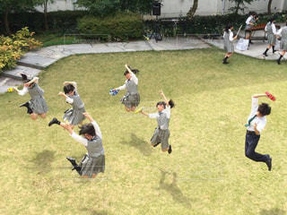 芝生でジャンプの写真・画像素材[860177]