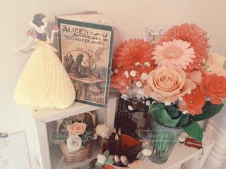 テーブルの上の花の花瓶の写真・画像素材[866344]
