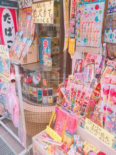 カラフルな駄菓子屋の風景の写真・画像素材[866354]