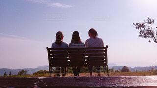 ベンチに座っている3人の写真・画像素材[866356]