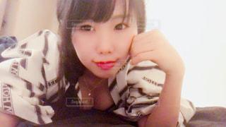 ケーキの前に座っている少女の写真・画像素材[861054]